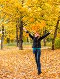 Mädchen im Herbstwald Stockfotografie