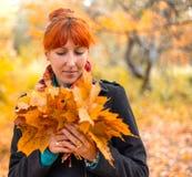 Mädchen im Herbstwald Lizenzfreie Stockbilder