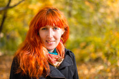 Mädchen im Herbstwald Lizenzfreies Stockbild