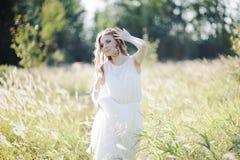 Mädchen im hohen Gras. Lizenzfreie Stockfotos
