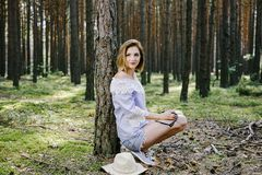 Mädchen im Holz Stockfoto