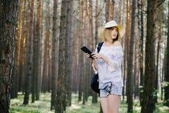 Mädchen im Holz Lizenzfreies Stockfoto