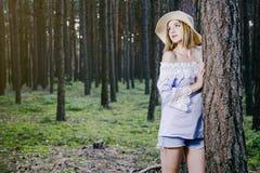 Mädchen im Holz Lizenzfreie Stockbilder