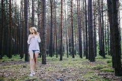 Mädchen im Holz Stockfotos