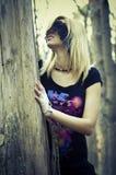 Mädchen im Holz stockfotografie