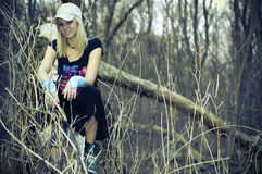 Mädchen im Holz lizenzfreies stockbild