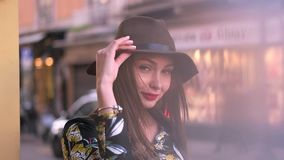 Mädchen im Hut auf der Straße stock video footage