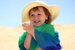 Mädchen im Hut, der ihre Hände klatscht Stockbild