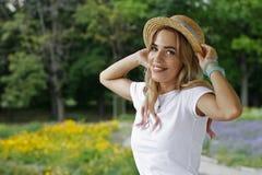 Mädchen im Hut im Urlaub im Park Lizenzfreies Stockbild
