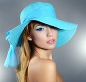 Mädchen im Hut mit schönem Make-up lizenzfreie stockfotografie