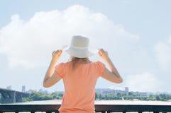 Mädchen im Hut im Sommer stockfoto