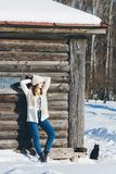Mädchen im Hut und in den Handschuhen im Winter Stockfotografie