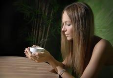 Mädchen im Kaffee Lizenzfreie Stockfotos