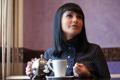 Mädchen im Kaffee lizenzfreie stockfotografie