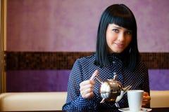 Mädchen im Kaffee stockfoto