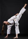 Mädchen im Kimono Karate kata ausübend stockbild