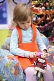 Mädchen im Kindergarten mit Puppe lizenzfreies stockbild