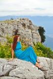Mädchen im Kleid auf dem Berg Lizenzfreies Stockbild