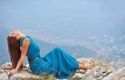 Mädchen im Kleid auf dem Berg Stockfoto