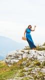 Mädchen im Kleid auf dem Berg Stockfotos