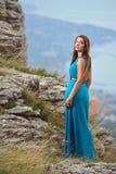 Mädchen im Kleid auf dem Berg Lizenzfreies Stockfoto