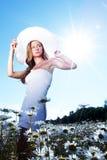 Mädchen im Kleid auf dem Gänseblümchenblumenfeld Stockfotos