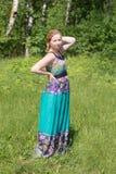 Mädchen im Kleid auf dem Gras Stockfotografie