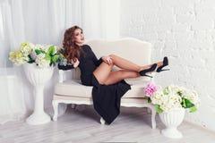 Mädchen im Kleid mit den langen Beinen Stockfotografie