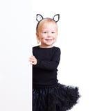 Mädchen im Kostüm der schwarzen Katze mit Fahne Lizenzfreie Stockfotos