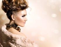 Mädchen im Luxuspelzmantel lizenzfreie stockfotos