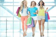 Mädchen im Mall Stockfoto