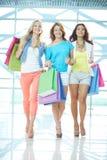 Mädchen im Mall Stockbild