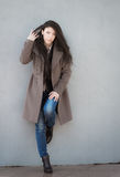 Mädchen im Mantel. stockfotos