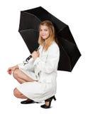 Mädchen im Mantel mit Regenschirm lizenzfreies stockfoto