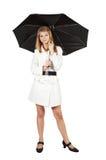 Mädchen im Mantel mit Regenschirm lizenzfreie stockfotos