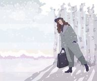 Mädchen im Mantel im Winterwald Lizenzfreie Stockfotos