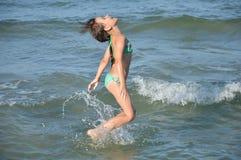 Mädchen im Meer Stockfotos