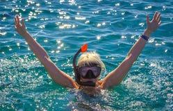 Mädchen im Meer in einer Maske für das Tauchen stockfotos