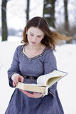 Mädchen im mittelalterlichen Kleid das Buch lesend Lizenzfreies Stockfoto