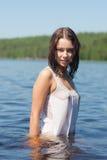Mädchen im nassen Kleid Stockfotos