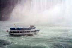 Mädchen im Nebel, Niagara Falls Lizenzfreie Stockfotos