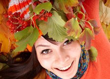 Mädchen im orange Hut des Herbstes auf Blattgruppe. Lizenzfreie Stockfotos