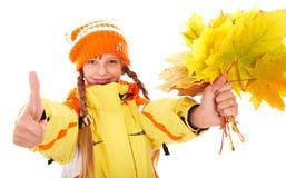 Mädchen im orange Hut des Herbstes mit dem Blattgruppendaumen oben Lizenzfreie Stockfotografie