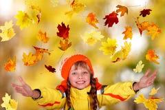Mädchen im orange Hut des Herbstes mit gelben Blättern. Stockbilder