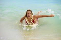 Mädchen im Ozean mit ihrem Surfbrett Stockfotos