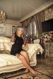 Mädchen im Palast, in einem sehr schönen Haus mit einem Chicinnenraum Stockfotos