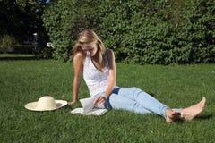 Mädchen im Park lizenzfreie stockfotografie