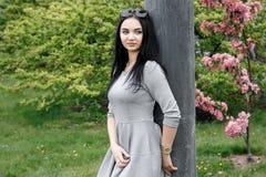 Mädchen im Park/im jungen Mädchen auf einem Weg /Warsaw/ stockbilder