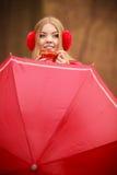 Mädchen im Park mit Regenschirm Stockbild