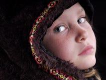 Mädchen im Pelz-Umhang lizenzfreies stockbild